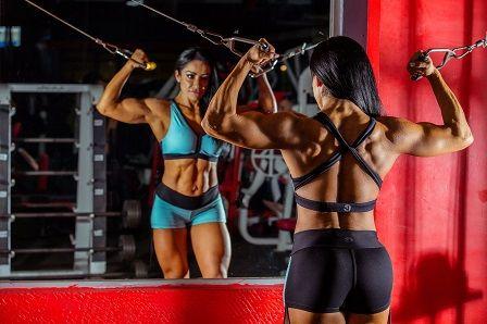 Cvičení v posilovně - žena