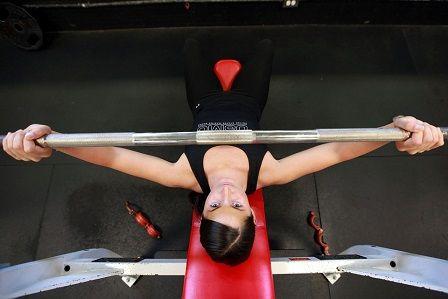 Cvičení v posilovně - bench press