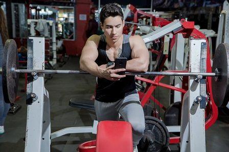 Cvičení v posilovně - muž