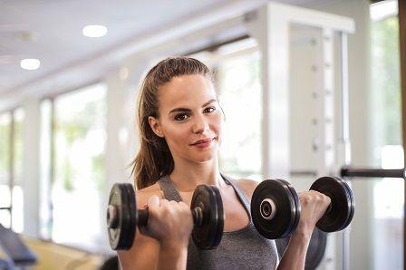 Žena v posilovně při cvičení