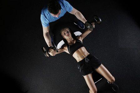 Růst svalů během cvičení s partnerem