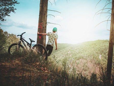 Jízda na kole v lese