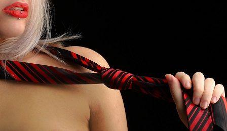 žena a kravata
