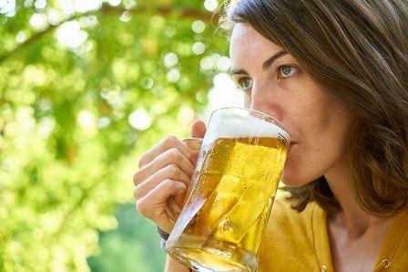 Obsah alkoholu v pivu - žena s pivem