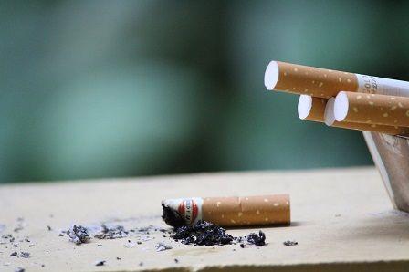 Cigaretový tabák - nedopalek na stole