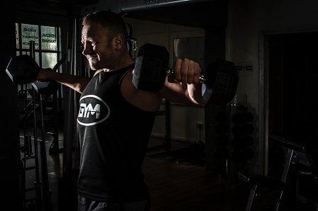 Jak nabrat svaly - muž v posilovně