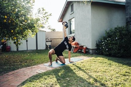cvičení doma - podložka na zahradě