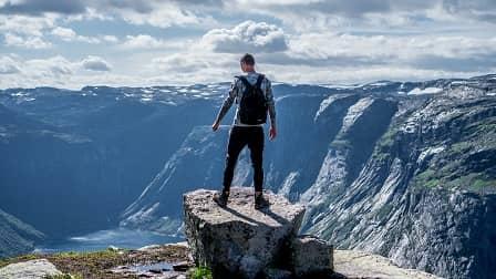 vitamíny proti únavě - muž na horách